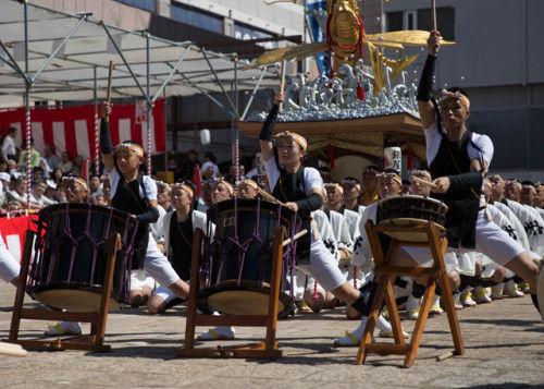 据太鼓の演奏では大人の中で子供も演奏します。