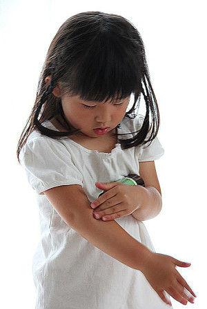 まず、こちらのボディスプレイ。 生後6ヶ月以上の赤ちゃんから使うことができて 虫に刺されやすい小さな子どもにも 安心して使えるすぐれもの。 (子ども自身が使うときは 大人の方と一緒に使うと、より安心)