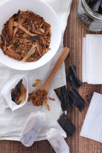 【材料】 ・お茶パック(もしくはダシ用パック) ※2人前くらいのお味噌汁用の場合はお茶パックで充分なサイズです。 ・削り節(写真のダシはヤマヒデの業務用だし/混合削りぶしを使用) ・昆布