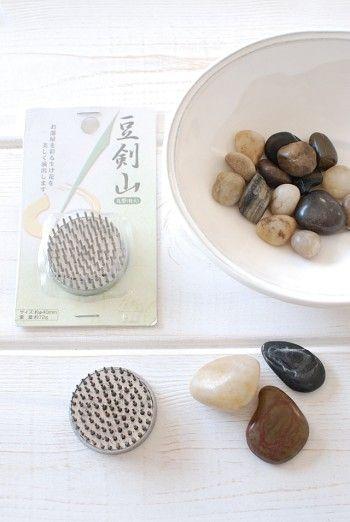 ミニ剣山(豆剣山)と小石は、 100円ショップの「セリア」で 購入しました。