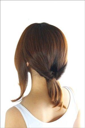 両サイドを残し、髪をゴムで後ろに束ねます。  結び目の上に隙間をあけ、 毛束を上からくぐらせ、ひねりを入れます。