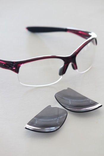 レンズ部分はお好みに合わせて、 「透明」「色付き」「度付き」「偏光:水面などの反射光をカットする機能」「調光:日差しの強さに反応してレンズの色が変化する機能」「ブルーライトカット」などに変えられるので気軽に相談してほしいとのこと。 最近はメーカーによって、 自分でレンズ部分を簡単に取り換えられる製品もあるので、 複数準備しておくと便利なようです。
