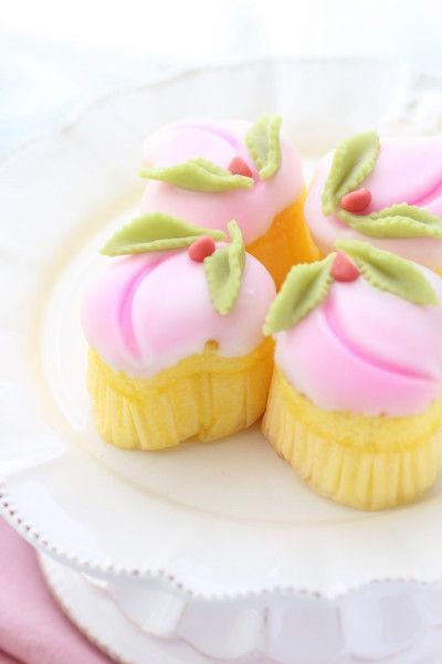 大きさは様々ですが、 最近では直径約5センチの 小さくて可愛い 「姫桃菓(ひめももか)」という 桃カステラが登場しました。