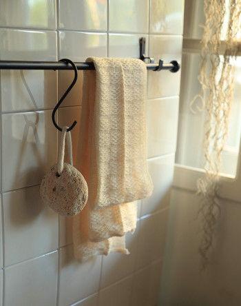 紐のついている軽石はとっても便利。 使用後はちょっと壁にかけて 陰干ししておくだけで ヌメリやカビの予防になり、 いつも清潔に使うことができます。