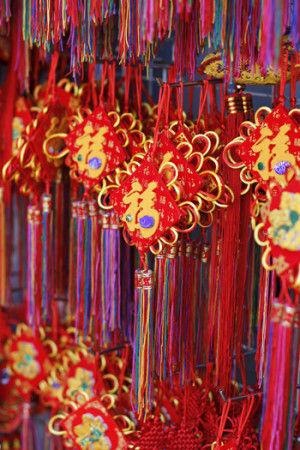 露店では、おめでたい文字が書かれた提灯やオーナメントが たくさん並び、真赤な色と漢字が連なっている様子は 自分が中華圏に住んでいることを、より実感します。