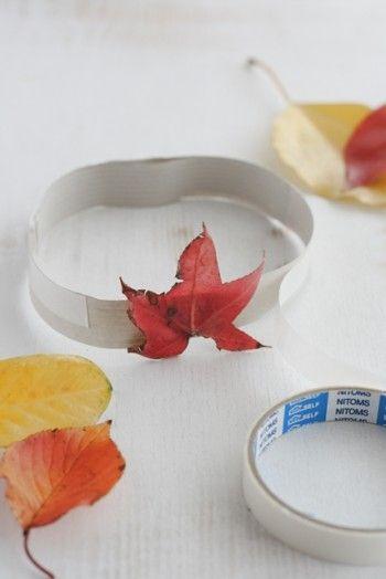 現地で色付いた葉っぱを拾ったら、 両面テープに貼り付けて完成です!