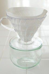 ヨーグルトから出る水分はホエー(乳清)と言って 水溶性タンパク質や水溶性ビタミン、ミネラルが含まれています。 ホエーも利用できますので、溜めておけるガラス容器などに 珈琲ドリッパーをセットします。