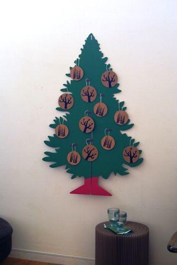 2012クリスマス・7 IKEAカードボードのツリーでウォールデコ