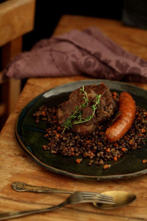 味わい深いフランス地方料理『塩漬け豚肉とピュイ産レンズ豆の煮こみ