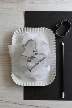 クッキー型の他は、家にある身近な材料を使いました。 ナチュラルキッチンのクッキー型 竹ひご・黒画用紙・鉛筆・はさみ・のり