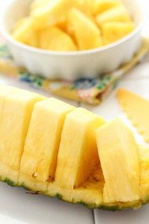 1.パイナップルを小さくカットします