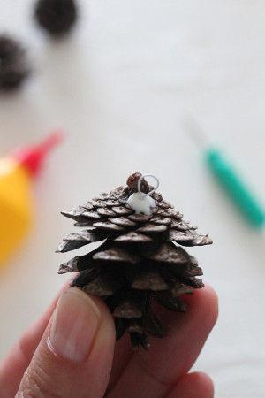 3.穴にボンドを入れて、その中に針金を差し込みます。  穴の深さに合わせて針金の長さも調整してください。