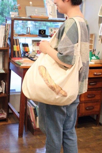 可愛いパンの写真が入っているバッグはお店のオリジナル。