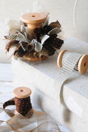 2歳でも簡単に作れるのは、布をバイヤスに裁ってあるから。 バイヤスとは布を斜めに裁つことで、 伸び縮みしやすく、ほつれにくいのです。