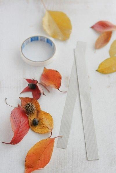 用意する材料は、 画用紙。両面テープ。 それに紅葉した葉っぱです。