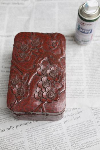 さて、材料はスプレー缶と鎌倉彫と新聞紙。 あ~、なんて素朴な材料だ!