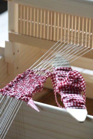 そのリボン状にした生地を手織り機で裂き織りにします。