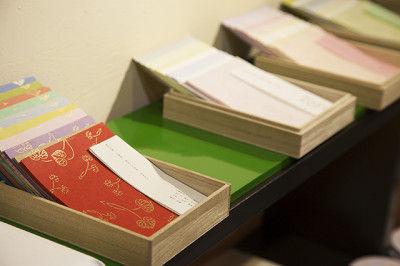 唐紙には、白地に雲母(きら)を押した伝統的な無地感覚のものと 色唐紙と言われる、 紙の下地色と文様の色との組み合わせで文様を際立たせるもの の二通りがあります。