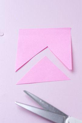 紙を三角2枚と口の形にカットします。