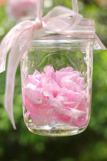 ジャム瓶の中にバラを飾って
