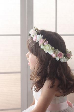 バラとラナンキュラスの花冠でフラワーガール