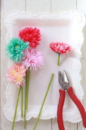造花は、花の4cmくらい下の部分でペンチを使って切ります。
