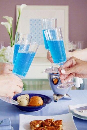 今回はドリンクもブルーをご用意しました。 最近はブルーのスパークリングワインも発売されています。ノンアルコールだと、MONINのブルーキュラソーシロップを使えばブルーのドリンクが作れます。