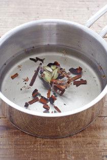 まず鍋でお湯をわかします。そこにスパイスをいれ、沸騰させましょう。スパイスは熱を加えることで香りがでます。