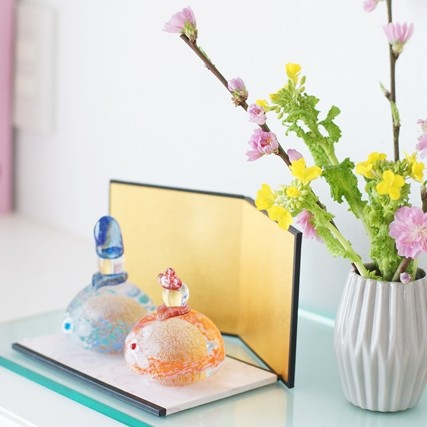 スーパーのお花をかわいく! ひな祭りの定番カラーで花飾り