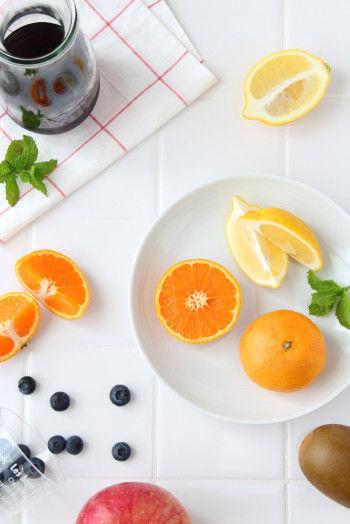 材料は100%ぶどうジュースと お好みのフルーツを数種類。 皮ごと漬け込むので、 できれば国産無農薬の フルーツがおすすめです。