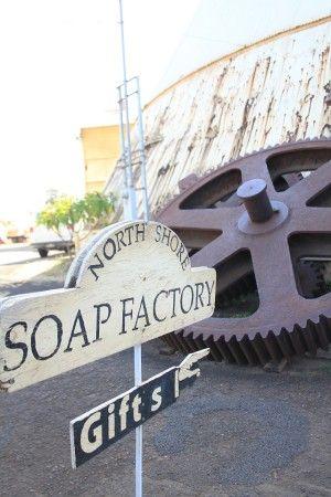 オアフ島北部ノースショアにある、ファミリービジネスの小さなせっけん工場です。 歴史あるサトウキビ工場跡地で オールナチュラルな石鹸やスキンケア商品を制作・販売しています。 (ここで作る、スキンケア商品のブランド名が Hawaiian Bath & Bodyといいます。 ) ここでは、商品を生産する際、有害な洗剤成分や化学薬品、 および石油系の原材料などは一切、使用していません。