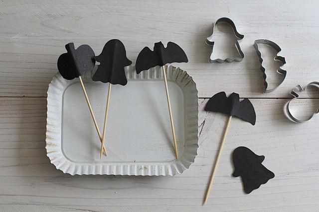 """(3)できあがり。""""かぼちゃ""""は、型紙三枚を貼り合わせてみました。 立体的になるのも面白いです。"""