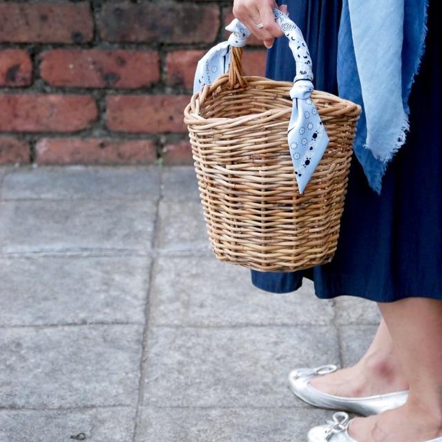 夏ファッションの定番! かごバッグの簡単アレンジ