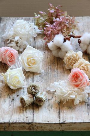 プリザーブドフラワーのバラやあじさいを加えると エレガントな雰囲気のリースになります。