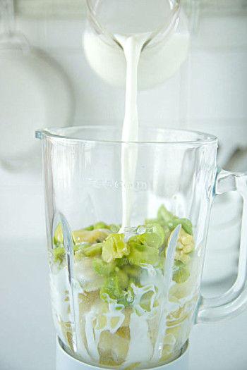 攪拌が終わったら、冷蔵庫で保存して翌日までOK。 味がなじんでおいしくなります(翌日には飲んでくださいね)。 鍋に移して温めて、お好みで牛乳を足してもよいし、 こしょうを少し足してもおいしくなります。