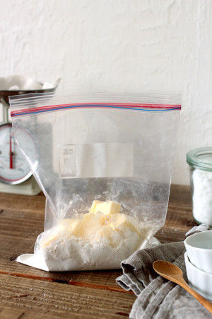 2. 袋の口を閉めて、バターに薄力粉を 絡ませながら良く混ぜます。