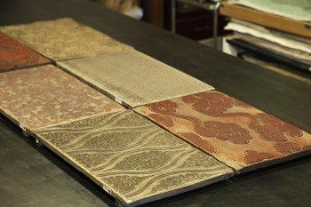 唐長の板木は朴の木がほとんどで、柔らかい材質で彫りやすく 長年の使用で摩減しても常に平らな面であるのが特徴です。