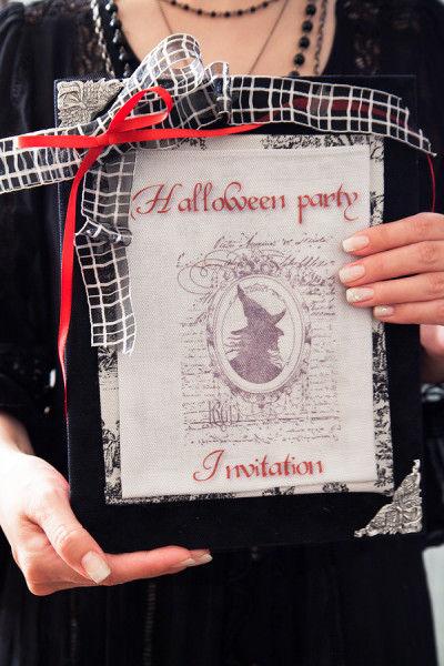 ファブリックにスタンプを押して手づくりしたカード。 白と黒のデザインの中に赤いリボンを垂らしました。 魔女のスタンプもハロウィンらしい演出です。