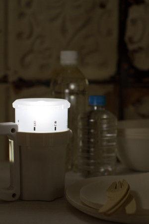 コンパクトで軽く、 持ち運びも便利です。 また半透明のシェードは横方向にも光を拡散し ランタンとしても使用できるので 非常時やアウトドアで テーブルなどに上向きにおいて お食事をするときなどにも便利です。