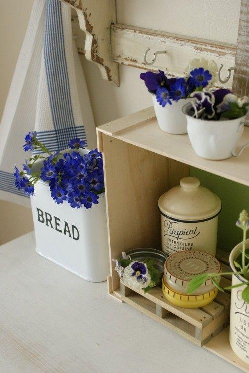 普段使いのキッチン雑貨に、可愛いお花を飾ってみたら…