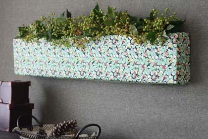 空き箱利用のファブリックパネルに花を活ける