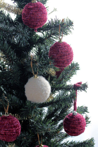いつものクリスマスオーナメントを、毛糸でリメイク♡