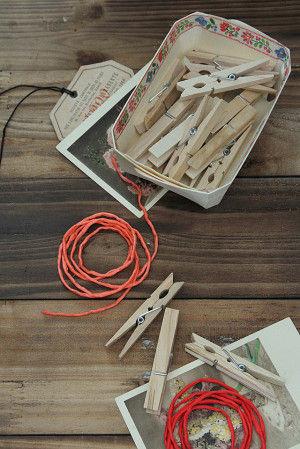 材料は、木製クリップ、クリップのバネ部の穴に通す紐。 今回はシルクコードを用意しました。 キレイな発色がディスプレイのポイントにも。