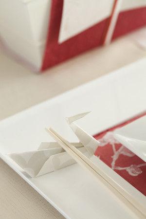 箸置きは懐紙を鶴の形に折っています。