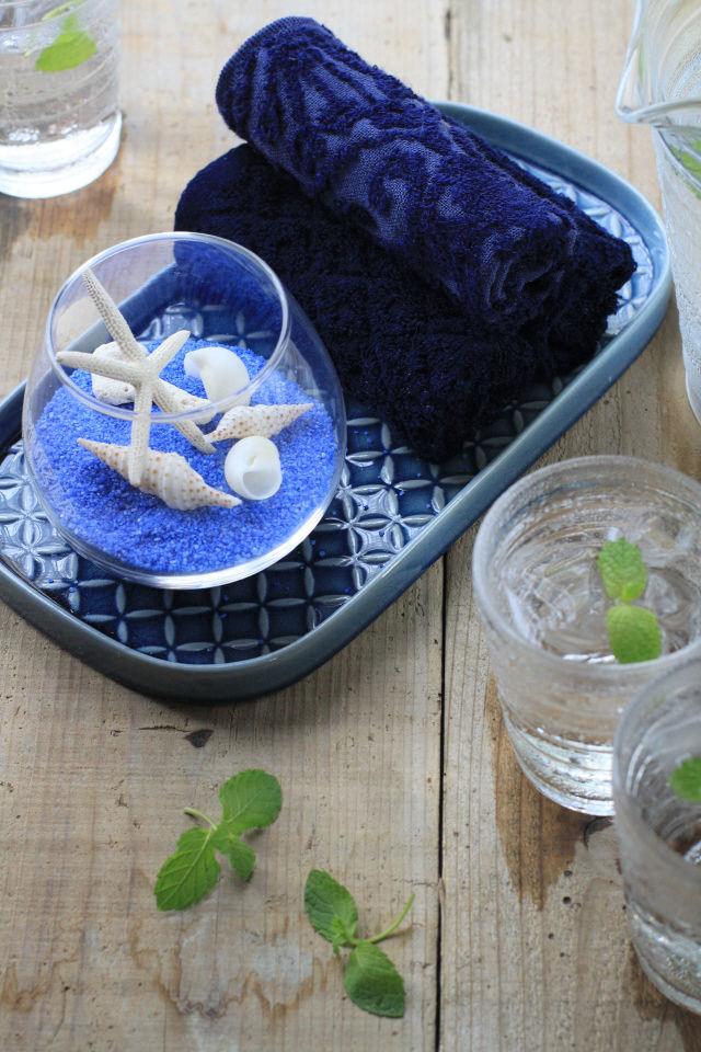 ブルーと貝がらモチーフで、昔ながらの真夏のおもてなし