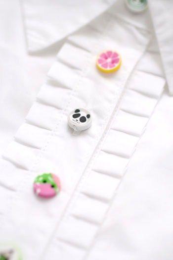 白いシャツのボタンを付け替えて