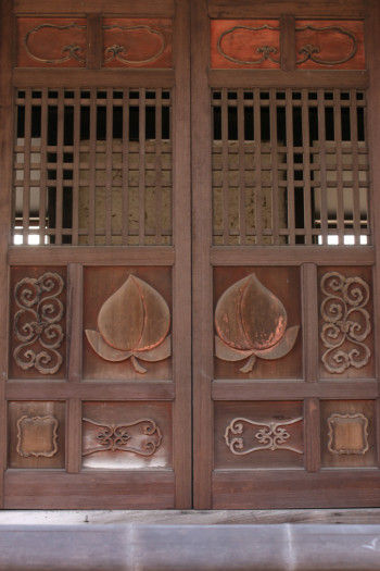 鐘鼓楼正面の浮彫り彩色の桃