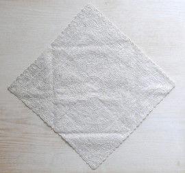 折り紙を折るように、ハンカチの三辺を中心向かって折ります。
