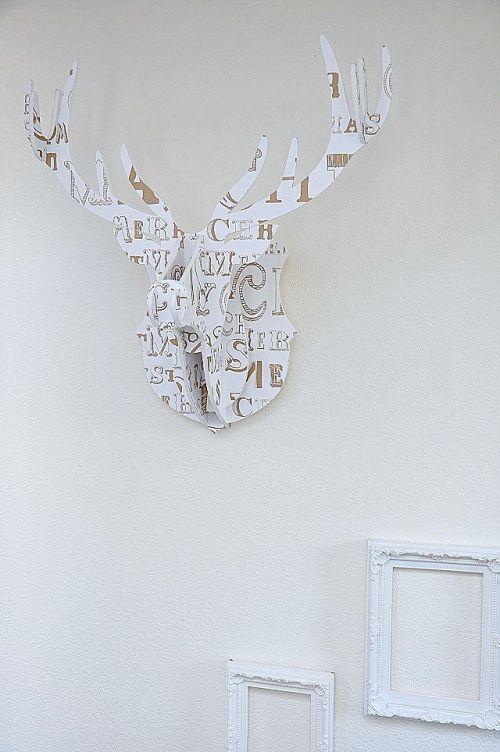 手作りハンティングトロフィーで、壁もクリスマスデコレーション