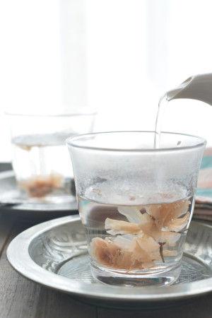 お湯を注ぐとふんわりと桜の花が開きます。 と、同時に桜のあま~い香りが。 水中花のような華やかな見た目と香りの両方を楽しむことが出来ます。